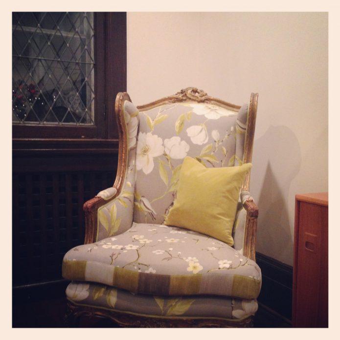 chaise antique recouverte de tissu à fleurs