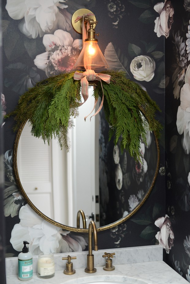 bathroom-decor-for-the-holidays