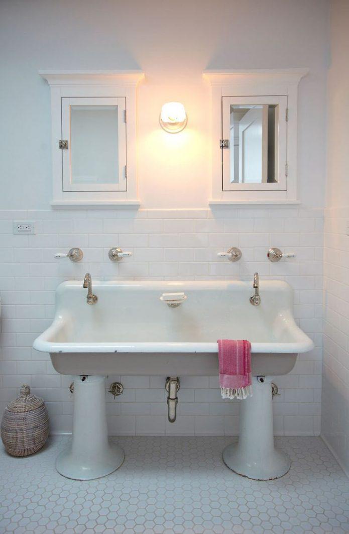 salle de bain en blanc et noir