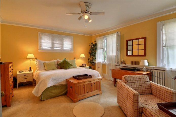 Voici notre chambre avant sa transformation. Une autre pièce peinte en jaune!