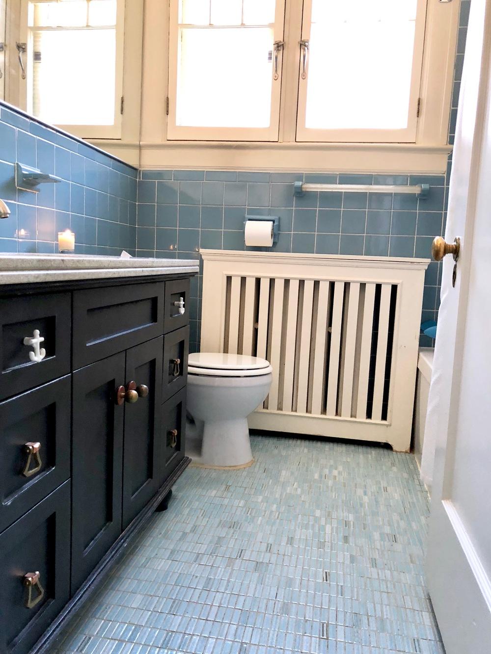 sur pleins de projets ce qui fait notre salle de bain est reste coince dans les annes bleu poudre 5 ans de plus voici en toute humilit le avant