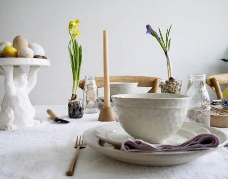 Une table pour le brunch de Pâques simple et naturelle